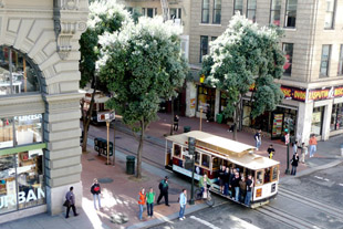 Cable car at Powell & Ellis